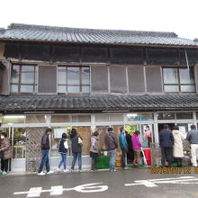 須崎食料品店の開店5分後の行列