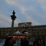 大きな門のある広場