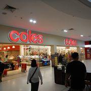 専門店だけではなく、カフェや大型スーパーもあるSC