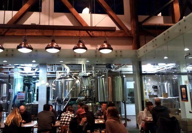 ビール醸造タンクが並んでいます。