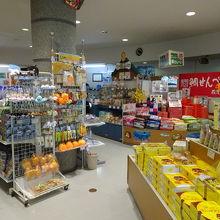 お土産屋さんには地元のお菓子が販売されています。