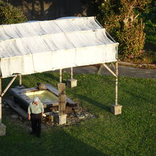 足湯です。仮設テントみたいな屋根があります。