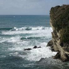 岩壁、白い波、青い海と空が雄大な眺望を演出します。