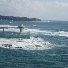 勝浦の水中展望台も見えます。