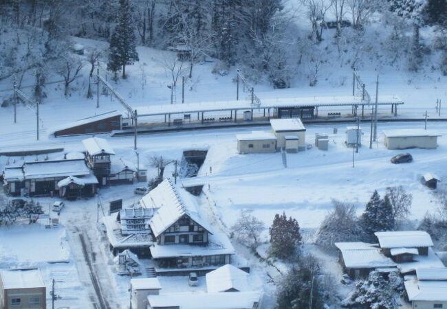 五大堂から眺めるJR山寺駅の遠景