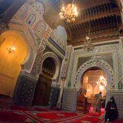 緻密なイスラム紋様が内部を彩る