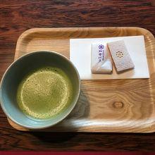 お抹茶と干菓子を和室でゆっくりいただける。