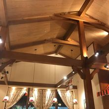 スイスの山小屋ロッジ風店内