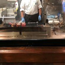 入ってすぐに肉を焼いているところを見せる心憎いテクニック