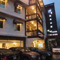 外観、部屋も綺麗な烏来渓に立つホテルで、温泉も良かったです