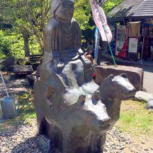 牛馬童子像のモニュメント