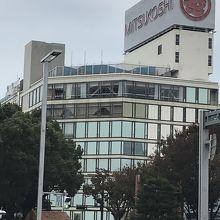 久屋大通り、広小路通り、大津通りに面して建つ老舗百貨店