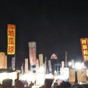 巨大で活気ある夜市