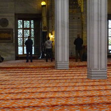敬虔なイスラム教徒たちがお祈りをしていました。