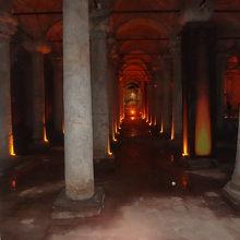 地下貯水場ですが、まるで宮殿のような造りなので地下宮殿と呼ば
