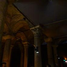 内部はコリント様式(列柱の上部に装飾が施されているのが特徴)