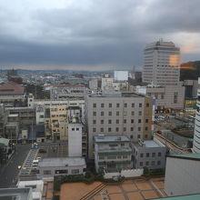街中。11階が最上階、その階からの眺望。