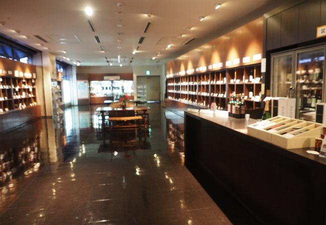 山梨県の特産品を展示販売していて特にワインが充実しています