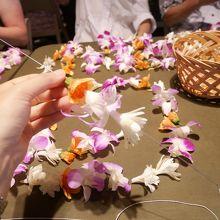 長い針を使って糸にお花を通します。