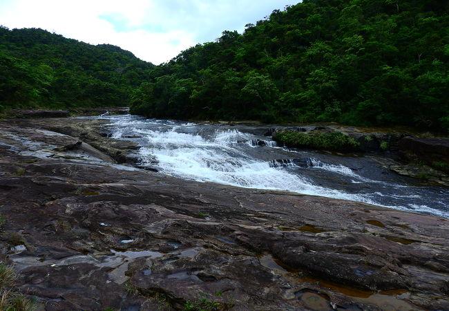 高低差は少ないですが,長さが長い滝
