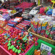 ベトナムのモン族と同じ物売ってる カラフルな色使い