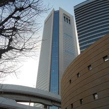 甲州街道と山手通りの交差点から見上げる東京オペラシティビル