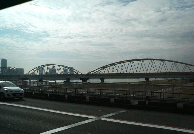 緩やかなアーチが連続して並ぶ新淀川を渡る橋です
