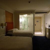 バスルームが丸見えですが、ロールカーテンがあります。