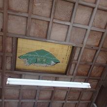 拝殿内の八方睨みの亀