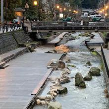玉湯川の「川辺の足湯」