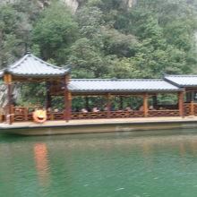 立派な上屋根付きの観光船