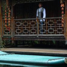 湖上の小船の男性ソロシンガー。民族衣装で装う