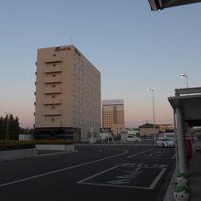 駅前広場と駅前ビジネスホテル
