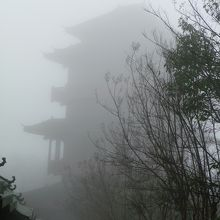 大きな楼閣も霧でこの通り