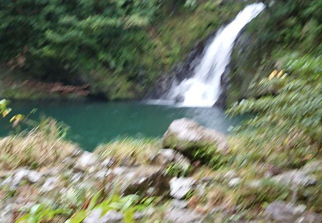神秘的な滝壺