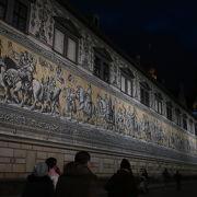 マイセン焼きの陶板で出来た長い長い壁画 ♪