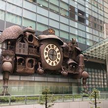 印象的な大時計のモニュメント