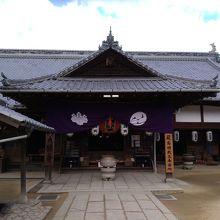 厳島神社の出口を出てすぐにあるお寺