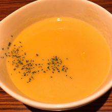 ステーキセットに付くコーンスープは濃厚で優しい味