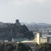 犬山城や木曽川を一望できる高台にあります。