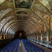豪華な装飾、広い王宮