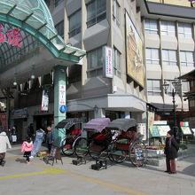 駅前の「道後温泉観光会館」、そこには人力車も並んでいました