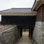 隠門と一体になった建物