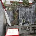 写真:龍山寺 門前の滝