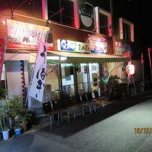 夜の店の外観