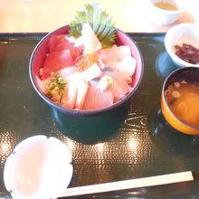 あみなや丼(新鮮な地魚などを使用している海鮮ちらし丼)