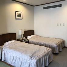 ベッドが二つと和室がついてます。