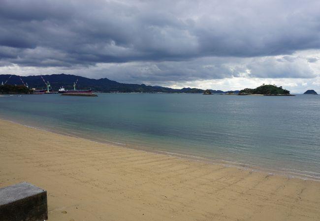 湾状になった地形の沖合いには小島がいくつか眺められて