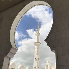 青空に映えるモスクでした