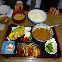 ランチセットです。カレー、チキンソテー、天ぷらがついてます。